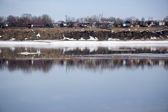 Duży kawał lód w rzecznym Dniepr Dnipro na zima dniu blisko wybrzeża, obraz stock