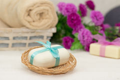 Duży kawałek beżu mydło w busket, witn błękitnym łęku, kwiatach i t, Obraz Stock