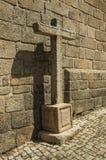 Duży krzyż rzeźbił na kamieniu obok kościół ściany w Monsanto fotografia stock