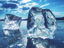 Duży lód odszczepia i kawałki lód na mieszkanie lodzie jezioro lub rzeka Zdjęcie Royalty Free