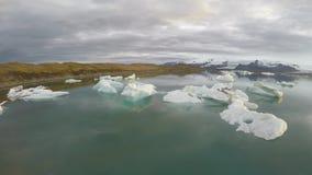 Duży lodowy gomółka blok w zimnego zima lodowa laguny Jokulsarlon Vatnajokull Iceland jeziornym seascape w 4k trutnia powietrznym zdjęcie wideo