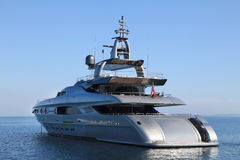 Duży luksusu silnika jacht z błękitnym tłem - duży motorowy jacht Obraz Royalty Free