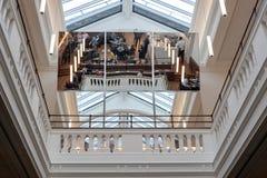 Duży lustro odbija członka pokój lokalizować przy Wiktoria i Albert muzeum fotografia stock