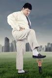 Duży męski przedsiębiorca niszczy jego rywala Zdjęcie Royalty Free