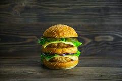 Duży mac z świeżymi warzywami i soczystym cutlet Zdjęcia Stock