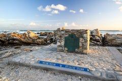 Duży markiera kamień przy przylądkiem AgulhasCape igły, Południowa Afryka, południowy punkt Afrykański kontynent Fotografia Stock