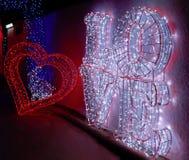 Duży miłość tekst i serce fotografia stock