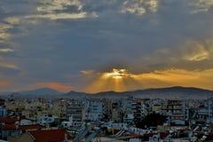Duży miasto na którym spadają słońce promienie zdjęcia royalty free
