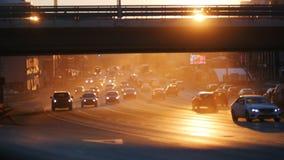 Duży miasto Samochody jedzie na drodze pod mostem Duży ruch drogowy Zmierzch zbiory