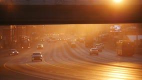 Duży miasto Samochody jedzie na drodze pod mostem Zmierzch obrazy royalty free