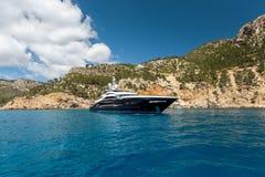 Duży motorowy jacht na morzu zdjęcie royalty free