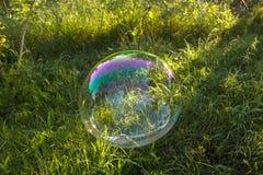 Duży mydlanego bąbla latanie w powietrzu Zdjęcia Royalty Free