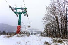 Duży narciarski dźwignięcie w mgle Obraz Royalty Free