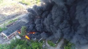 Duży ogień i czerni dymna strzelanina od wzrosta 5 zdjęcie wideo