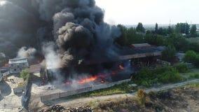 Duży ogień i czerni dymna strzelanina od wzrosta zbiory