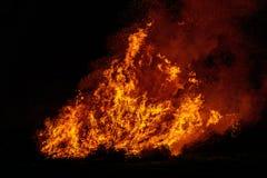 Duży ognisko z dymem Płomienie ognisko w nocy Fotografia Royalty Free