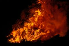 Duży ognisko z dymem Płomienie ognisko w nocy Obrazy Royalty Free