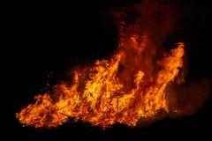 Duży ognisko z dymem Płomienie ognisko w nocy Zdjęcie Stock