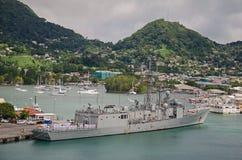 Duży okręt wojenny z swój personelem na pokładzie w porcie Zdjęcia Royalty Free