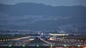 Duży płaski lądowanie podczas błękitnej godziny zdjęcie wideo