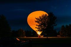 Duży płomień potężny gaz który ogrzewa je z gorącym powietrzem podczas wieczór w ogródzie i, przygotowywamy latać w niebie romant zdjęcie stock