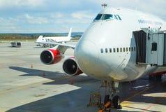 Duży pasażerski samolot ląduje pas startowy lotnisko z pasażerami przychodzi na samolocie w tle Obrazy Royalty Free