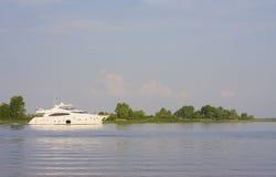 Duży, piękny, biały jacht, Zdjęcia Stock