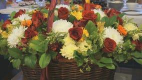Duży piękny kosz kwiaty jest na rocznicie zbiory