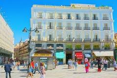Duży piękny Kwadratowy Puerta Del Zol w Madryt, z turystami i Zdjęcia Royalty Free