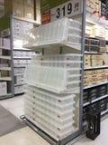 Duży plastikowego pudełka sprzedawanie na półce w Homepro Rama II gałąź Obraz Stock
