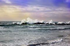 Duży potężny przypływ w akci burzy pogodzie w głębokim błękitnym oceanie Obraz Royalty Free