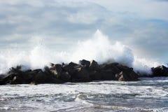 Duży potężny przypływ w akci burzy pogodzie w głębokim błękitnym oceanie Zdjęcie Stock