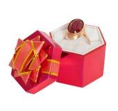 duży prezenta złocisty kocowania pierścionku rubin Zdjęcia Stock