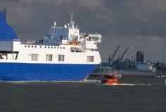 Duży przewieziony statek w porcie Zdjęcia Stock