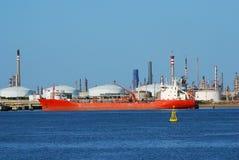 duży przewoźnika fabryczny rafinerii statek zdjęcie stock