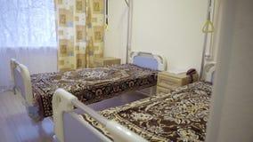 Duży pusty oddział z dwa medycznymi łóżkami zakrywającymi z przyglądającymi koc zbiory