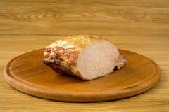 Duży rżnięty kawałek piec wieprzowina na stole fotografia stock