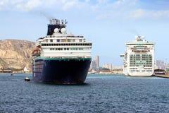 Duży rejsu horyzont przygotowywający opuszczać port Alicante Pulmantur Firma obrazy royalty free