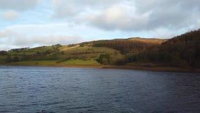 Duży rezerwuar przy Szczytowym Gromadzkim parkiem narodowym w Anglia zbiory wideo
