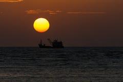 Duży słońce na wschodzie słońca Zdjęcia Royalty Free