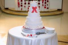 Duży słodki multilevel ślubny tort dekorował z kwiatami Pojęcie cukierku bar na przyjęciu obraz stock