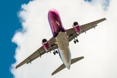 Duży samolot w niebie - Pasażerski samolot Zdjęcia Royalty Free