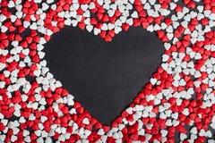 Duży serce wśrodku rozpraszał wiele sercowatych cukierki obrazy royalty free