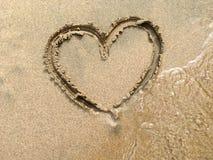 Duży serce w piasku przy plażą Zdjęcie Royalty Free