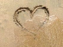 Duży serce w piasku przy plażą Obraz Stock