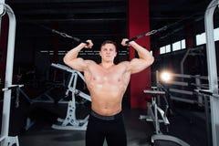 Duży silny bodybuider bez koszula demonstruje ćwiczenia Ciężki szkolenie i Zdjęcie Stock