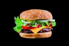 Duży smakowity cheeseburger na czarnym tle z piec na grillu mięsem lub hamburger, ser, pomidor, bekon, cebula hamburger zdjęcie royalty free