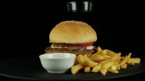 Duży smakowity hamburger z kurczakiem, kolą i dłoniakami kartoflanymi, zdjęcie wideo
