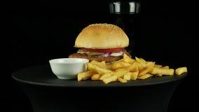 Duży smakowity hamburger z kurczakiem, kolą i dłoniakami kartoflanymi, zbiory wideo
