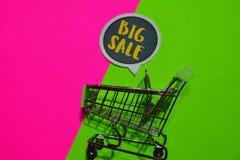 Duży sprzedaż wózek na zakupy i tekst zdjęcia stock